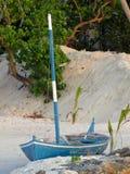 Barco azul en la playa Imagenes de archivo