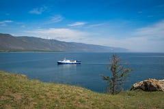 Barco azul no Lago Baikal, vista do cabo do ` s de Kurma imagens de stock royalty free