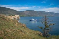 Barco azul no Lago Baikal, vista do cabo do ` s de Kurma fotografia de stock