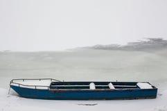 Barco azul no rio congelado Fotografia de Stock