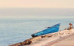 Barco azul olvidado Imagen de archivo