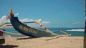 Barco azul tradicional do jukung na praia de Bali filme