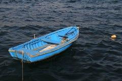 Barco azul vazio  imagem de stock