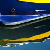 Barco azul y amarillo con la reflexión Fotos de archivo libres de regalías