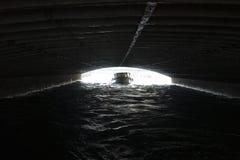 Barco bajo el puente fotografía de archivo
