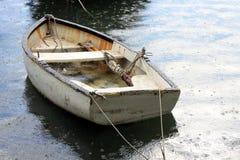 Barco bajo la lluvia imagen de archivo