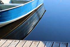 Barco bastante azul en el borde del muelle Imagenes de archivo