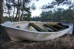 Barco blanco abandonado viejo Foto de archivo