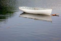 Barco blanco amarrado Fotografía de archivo libre de regalías