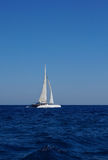 Barco blanco con las velas en el mediterráneo Fotografía de archivo libre de regalías