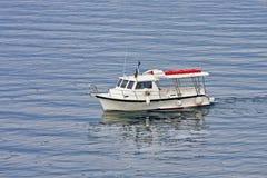 Barco blanco del viaje en el agua azul Imagen de archivo