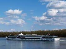 Barco blanco del viaje en el Danubio azul imágenes de archivo libres de regalías