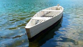 Barco blanco en el lago del verde esmeralda, Fotos de archivo libres de regalías