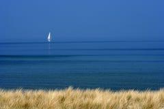 Barco blanco en el mar azul Fotos de archivo