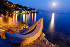Barco blanco en la playa y el mar Mediterráneo Fotos de archivo