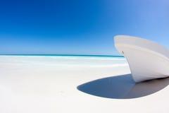 Barco blanco en una playa del Caribe imagenes de archivo
