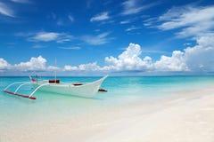 Barco blanco en una playa tropical Fotos de archivo libres de regalías