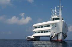Barco blanco grande del catamarán Imagenes de archivo