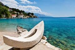 Barco blanco y bahía adriática azul Imágenes de archivo libres de regalías