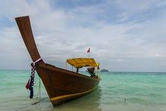 Barco bonito de Longtail da imagem na praia tropical do mar Imagem de Stock Royalty Free