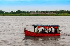 Barco bonito no rio india de Narmada imagens de stock royalty free