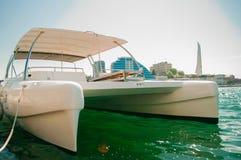 Barco branco amarrado no litoral Imagem de Stock