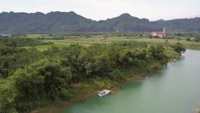 Barco branco da vista aérea perto do banco de Green River contra montes video estoque