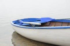 Barco branco de madeira velho com lados Foto de Stock