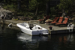 Barco branco na doca fotografia de stock