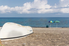 Barco branco na praia Imagens de Stock