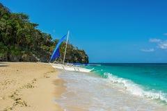 Barco branco na praia da ilha de Boracay, Filipinas imagens de stock