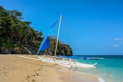 Barco branco na praia da ilha de Boracay, Filipinas foto de stock royalty free