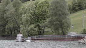 Barco branco no lago filme
