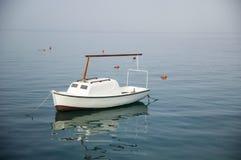 Barco branco no mar Fotos de Stock