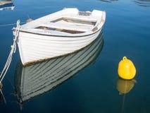 Barco branco pequeno Imagens de Stock Royalty Free