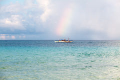 Barco branco pequeno no horizonte no mar foto de stock royalty free