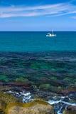 Barco branco só no mar Imagem de Stock