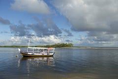 Barco brasileño anclado en agua poco profunda Foto de archivo libre de regalías