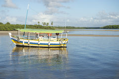 Barco brasileño anclado en agua poco profunda Fotos de archivo