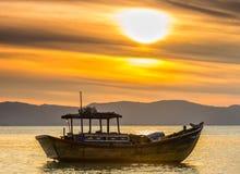 Barco calmo antes do alvorecer Fotografia de Stock Royalty Free