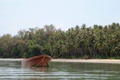 Barco cerca de la isla Fotos de archivo