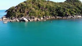 Barco cerca de la orilla tropical Opinión del abejón que sorprende de la navegación moderna del yate en la agua de mar tranquilo  almacen de metraje de vídeo