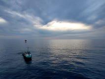 Barco cerca de la pequeña plataforma petrolera en el miri Sarawak Foto de archivo libre de regalías
