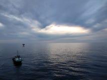 Barco cerca de la pequeña plataforma petrolera en el miri Sarawak Fotografía de archivo
