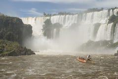 Barco cerca de las caídas de Iguassu Imagenes de archivo