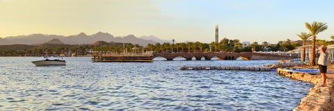Barco cerca de un embarcadero de madera en la playa por la tarde en el EL de Sharm Imagen de archivo libre de regalías