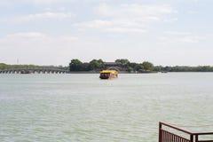 Barco cerca del pueblo viejo de China Imagenes de archivo