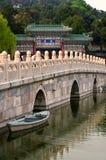 Barco cerca del puente en parque chino Fotos de archivo libres de regalías