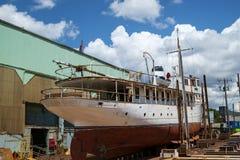 Barco clássico do cruzeiro na doca seca Fotos de Stock