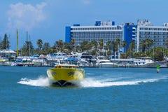Barco claro del horizonte y de la velocidad de la Florida de la playa del agua fotos de archivo